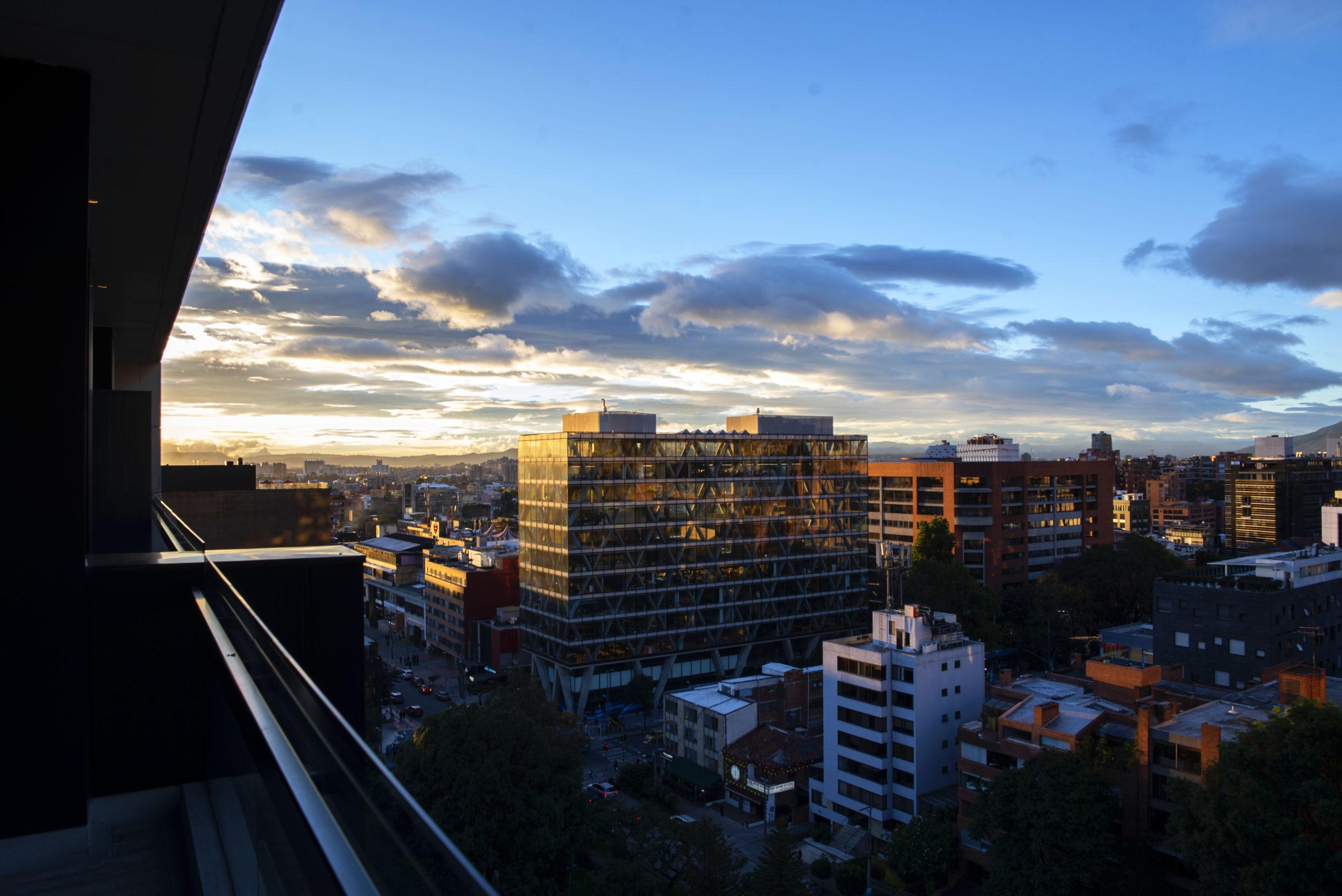 Vista panorámica al atardecer de los edificios en la zona T, Parque el nogal y el Barrio el Chicó